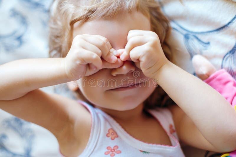 Vrolijke meisjes afvegende ogen stock fotografie