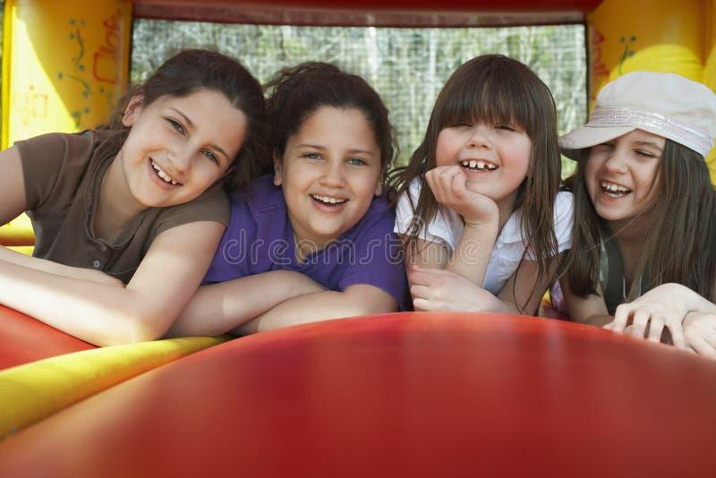 Vrolijke Meisjes die in Bouncy-Kasteel liggen royalty-vrije stock foto's