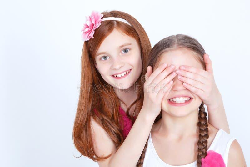 Vrolijke meisjes die samen spelen stock foto