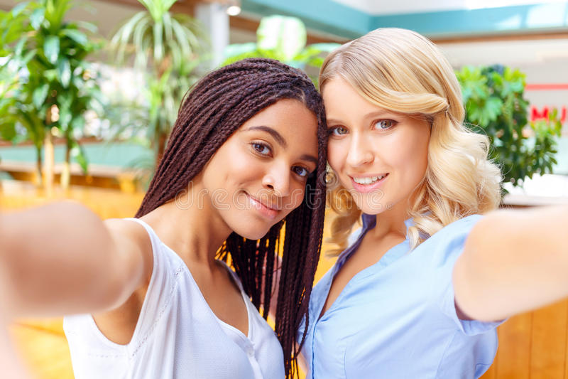 Vrolijke meisjes die selfie maken royalty-vrije stock afbeelding