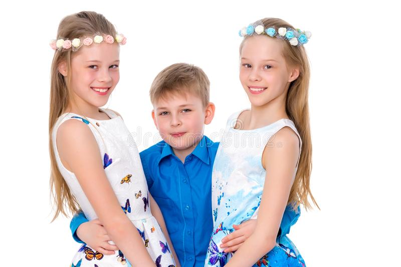 Vrolijke meisjes, en de kleine jongen hun broer samen embrac royalty-vrije stock afbeelding