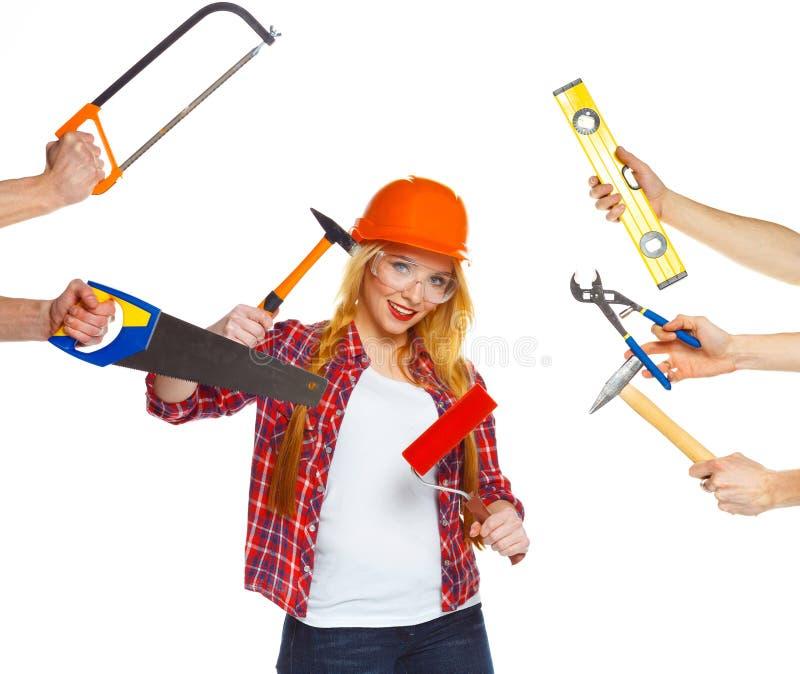 Vrolijke meisjesbouwer en zijn handen rond haar met ook de bouw royalty-vrije stock fotografie