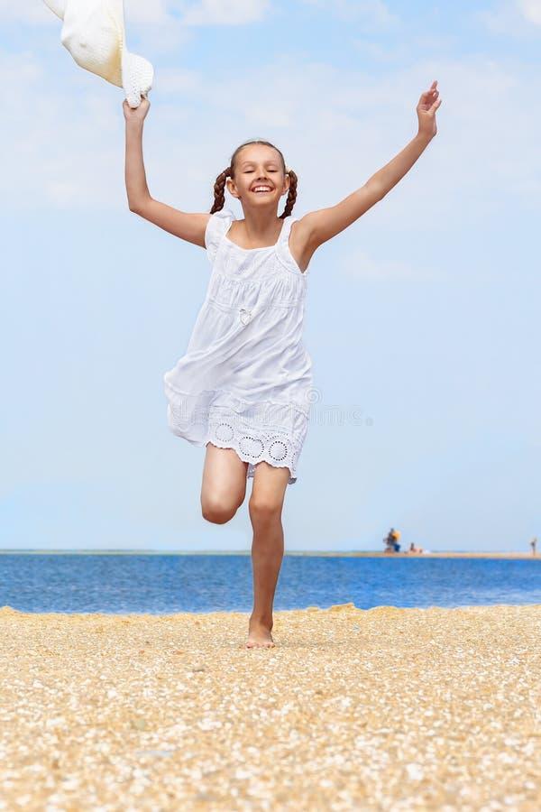 Download Vrolijke Meisjeslooppas Langs Het Strand Stock Afbeelding - Afbeelding bestaande uit strand, spit: 54087349