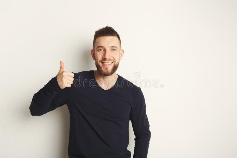 Vrolijke mens die als, duim-op gebaar tonen royalty-vrije stock afbeelding
