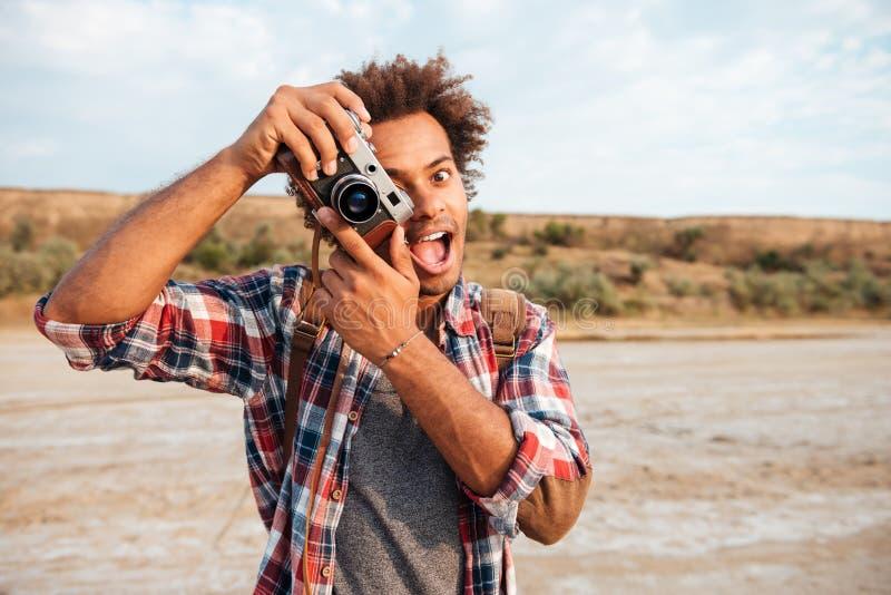 Vrolijke mens die beelden nemen en pret op het strand hebben royalty-vrije stock afbeelding