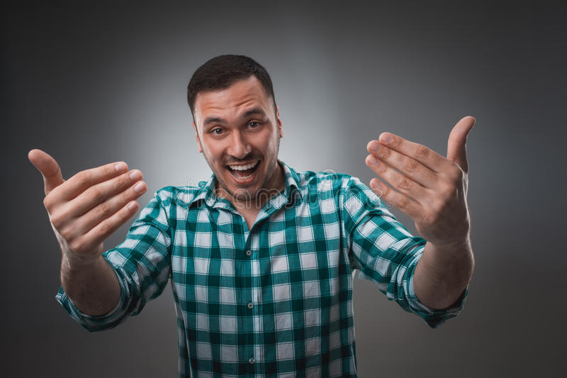 Vrolijke mens die en camera met een grote grijns lachen bekijken royalty-vrije stock afbeelding
