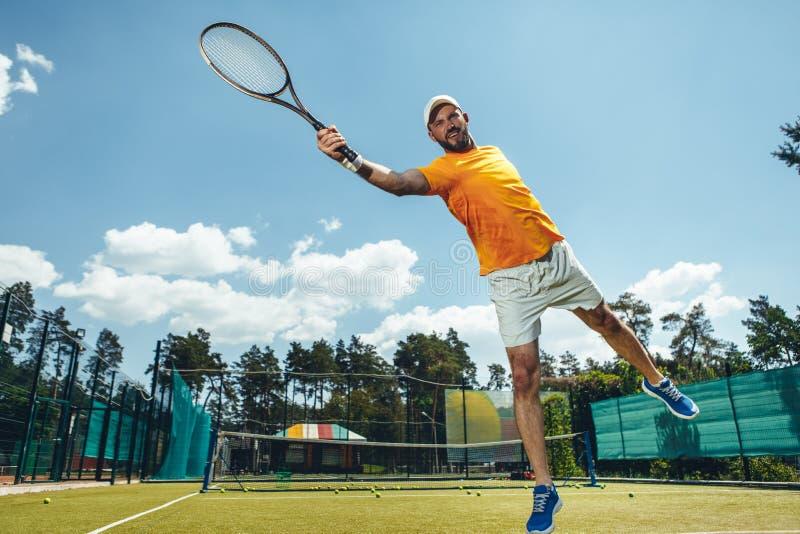Vrolijke mens die spel met racket hebben royalty-vrije stock afbeelding