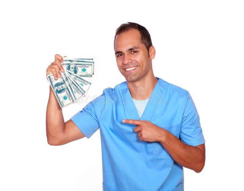 Vrolijke mens in het contante geldgeld van de verpleegsters eenvormig holding stock fotografie