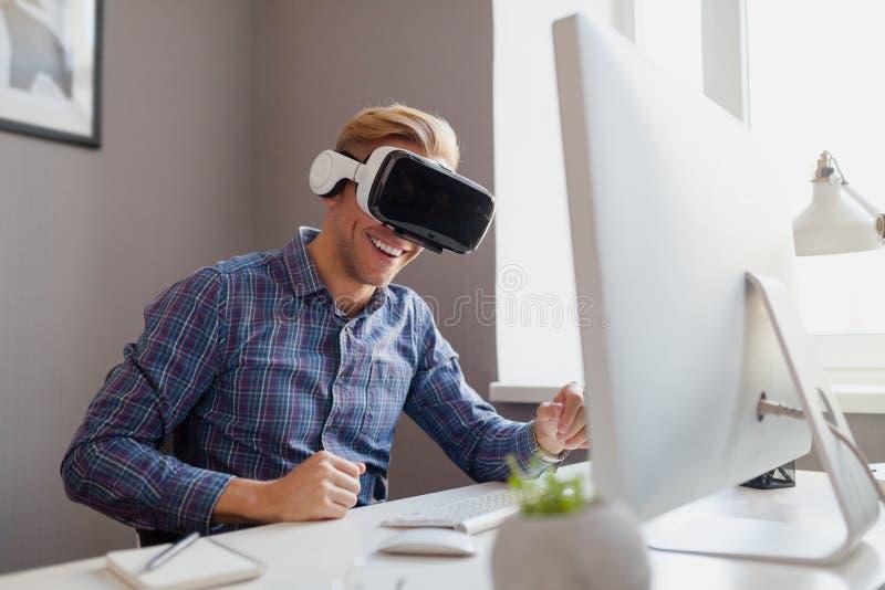 Vrolijke mens met VR-hoofdtelefoon royalty-vrije stock foto