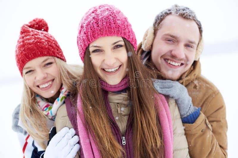Vrolijke mensen in de winter royalty-vrije stock fotografie