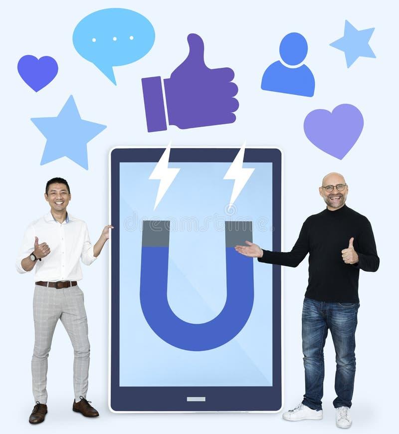 Vrolijke mensen met het aantrekken van sociale media zoals duimen op pictogrammen stock illustratie
