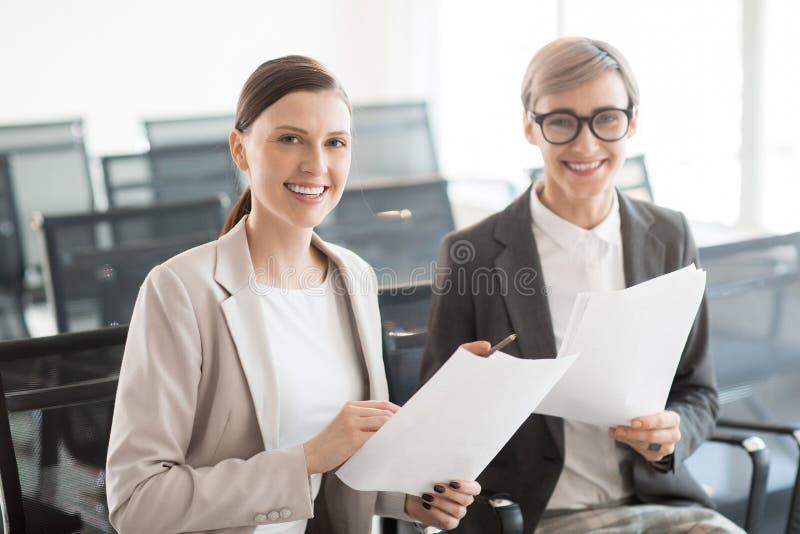 Vrolijke moderne vrouwen in bureau stock afbeelding