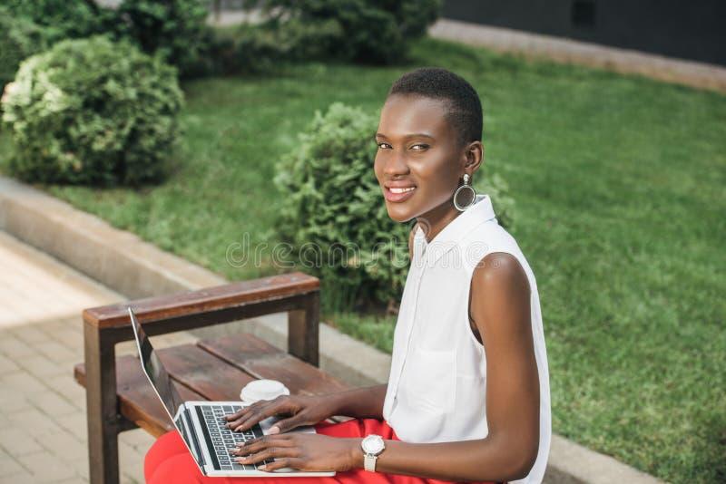 vrolijke modieuze aantrekkelijke Afrikaanse Amerikaanse onderneemster royalty-vrije stock foto's