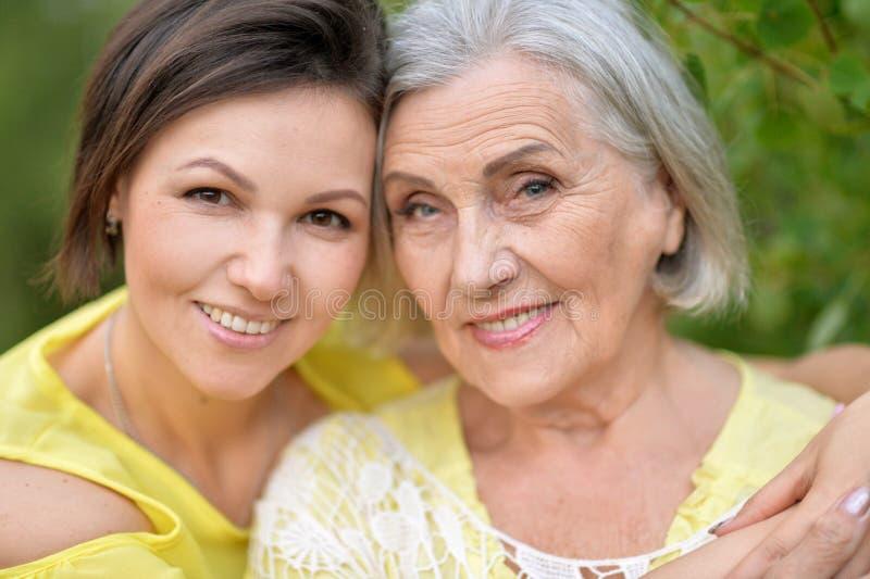 Vrolijke moeder en volwassen dochter stock afbeelding