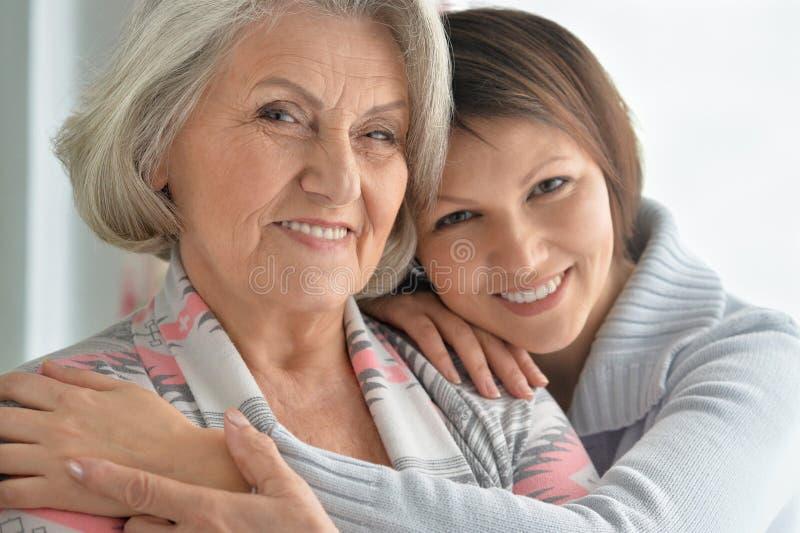 Vrolijke moeder en volwassen dochter royalty-vrije stock foto's