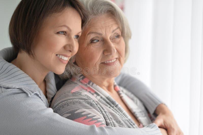 Vrolijke moeder en volwassen dochter royalty-vrije stock afbeeldingen