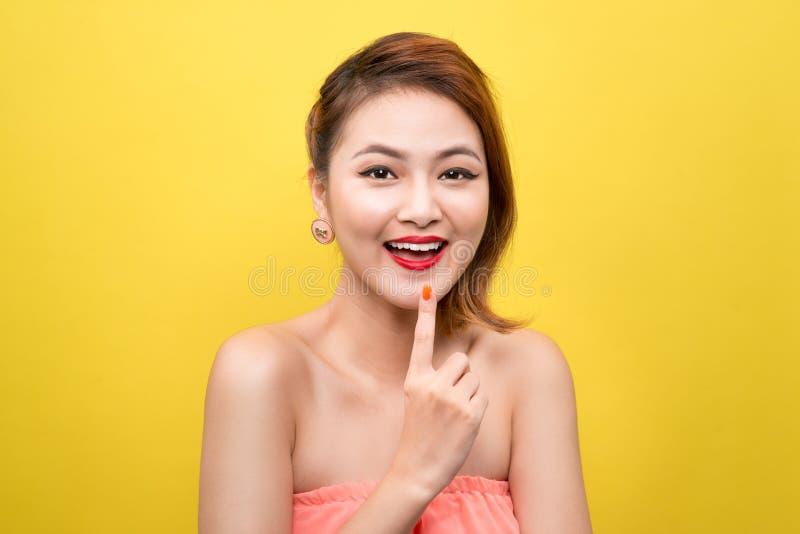 Vrolijke mooie Aziatische jonge vrouw met charmante glimlach over ye stock afbeelding