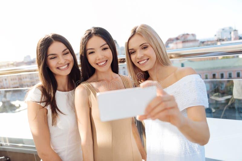 Vrolijke mooie vrouwen die selfies nemen royalty-vrije stock foto's