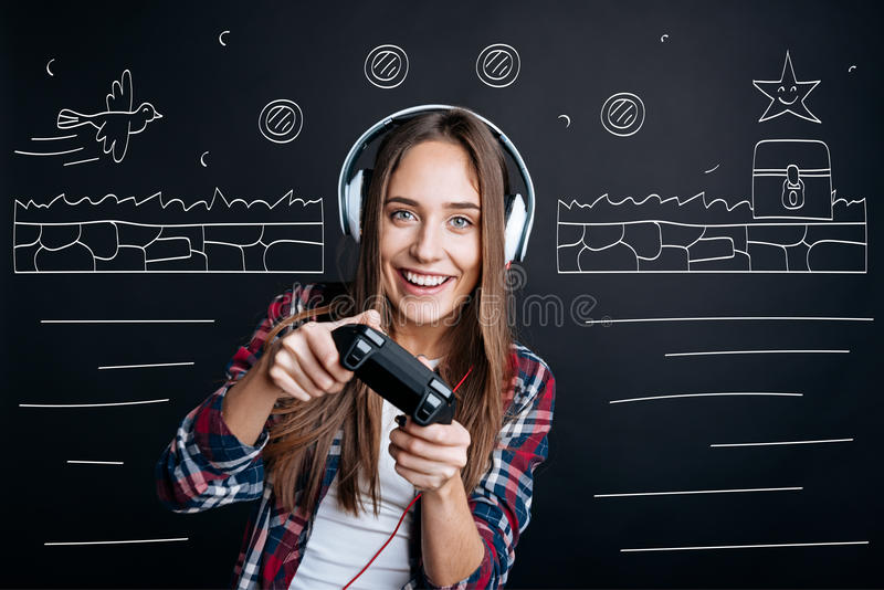 Vrolijke opgetogen jonge vrouw het spelen videospelletjes royalty-vrije stock foto's
