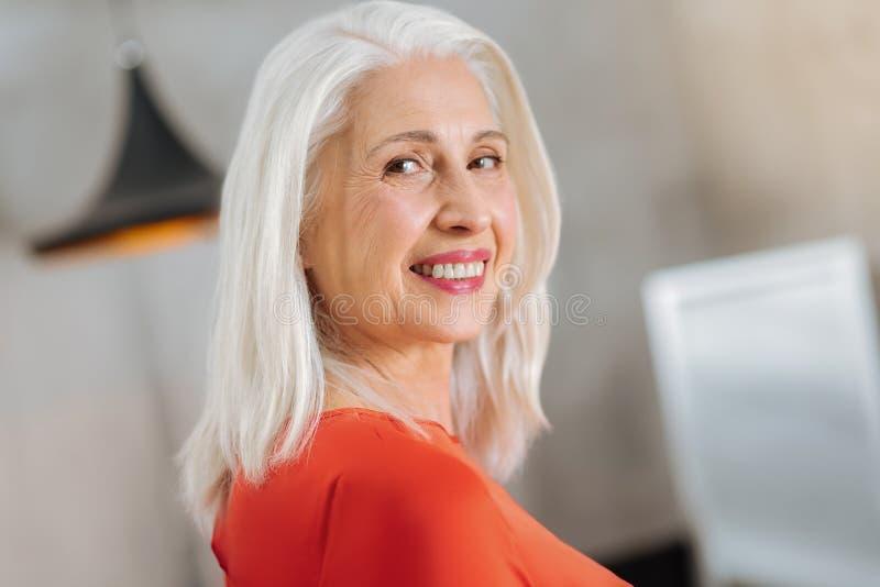 Vrolijke oude vrouw die aan u glimlachen royalty-vrije stock foto