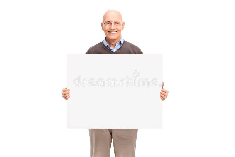 Vrolijke oudste die een wit uithangbord houden stock afbeelding