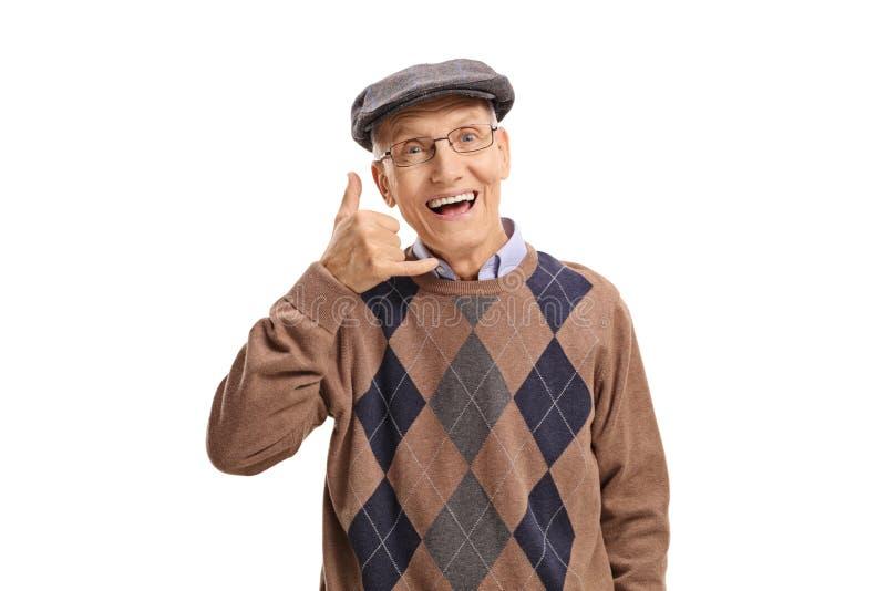 Vrolijke oudste die telefoneren me gebaar stock afbeelding