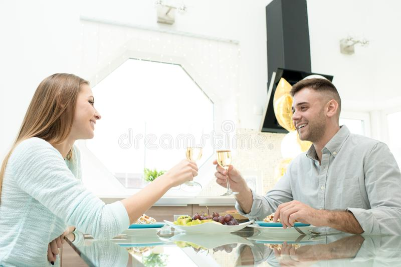Vrolijke paar het vieren verjaardag thuis stock afbeeldingen