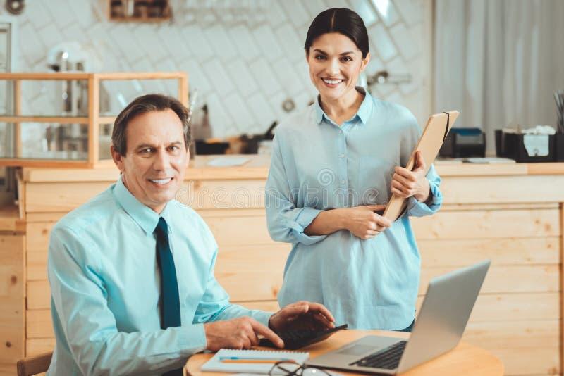 Vrolijke partners die hun zaken uitbreiden stock foto's