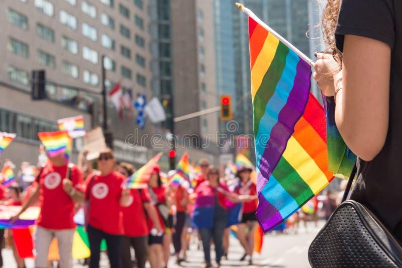 Vrolijke regenboogvlag bij vrolijke de trotsparade van Montreal stock afbeelding