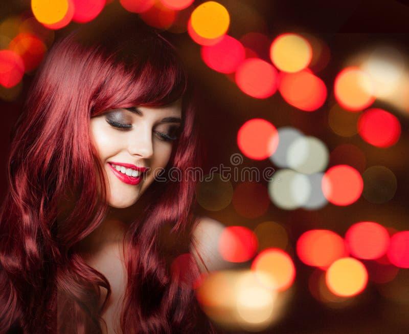 Vrolijke roodharigevrouw met lang rood krullend kapsel stock foto