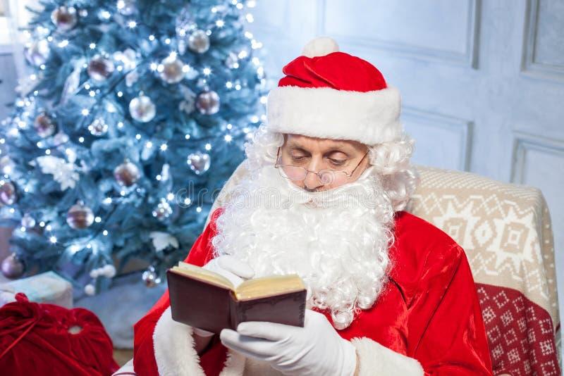 Vrolijke Santa Claus rust dichtbij een vakantie stock fotografie
