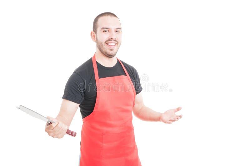 Vrolijke slager die scherpe bijl houden stock afbeeldingen