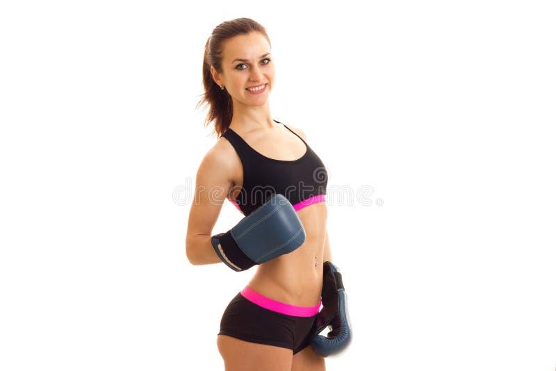 Vrolijke sportenvrouw die in bokshandschoenen op camera glimlachen royalty-vrije stock foto's