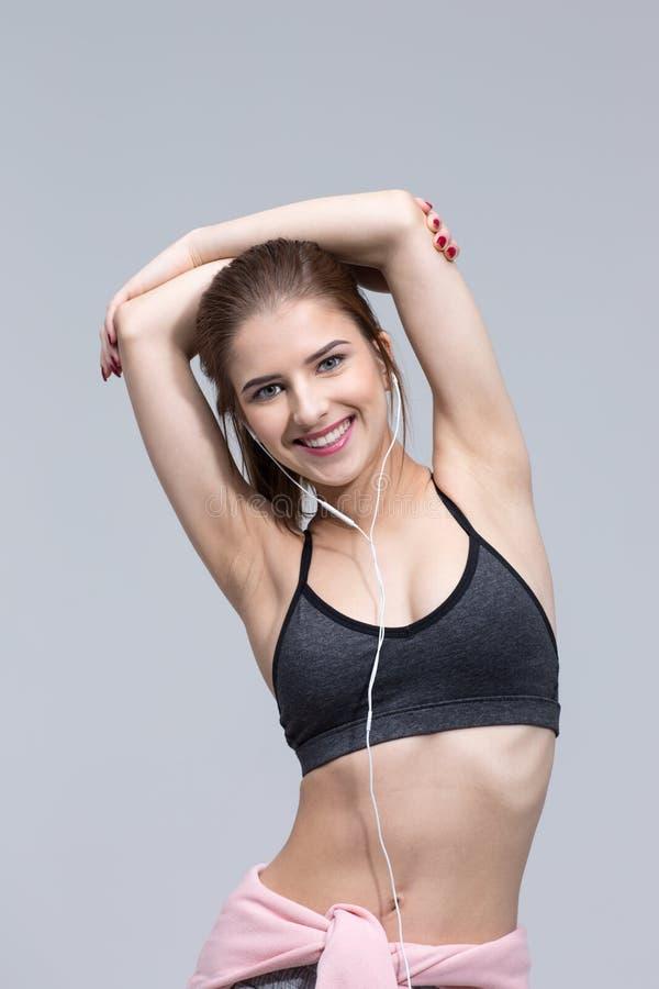 Vrolijke sportenvrouw met hoofdtelefoons stock fotografie