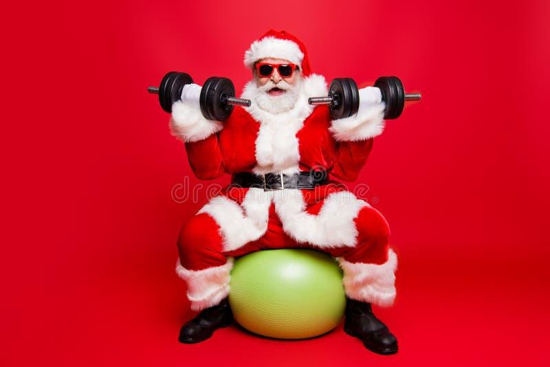 Vrolijke sportieve spier mannelijke sterke Kerstman in witte pluizige glo royalty-vrije stock fotografie