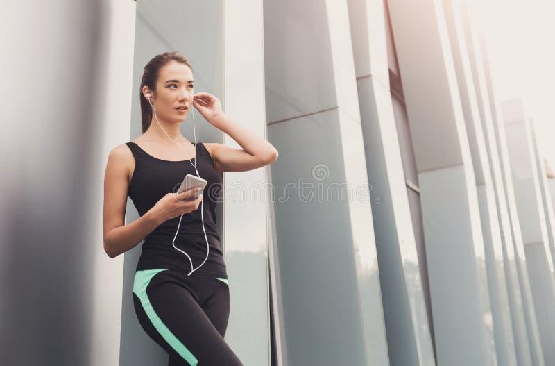 Vrolijke sportieve vrouw die rust na training hebben royalty-vrije stock foto