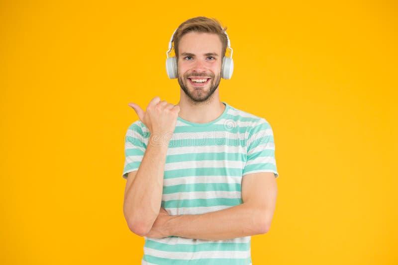 Vrolijke stemming Muziek voor motivatie Training comfortabel met de favoriete Draadloze hoofdtelefoons van de spoorlijst voor spo stock foto