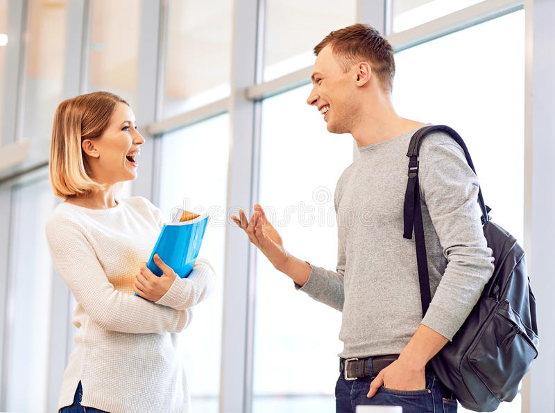 Vrolijke studenten die aan elkaar spreken royalty-vrije stock foto