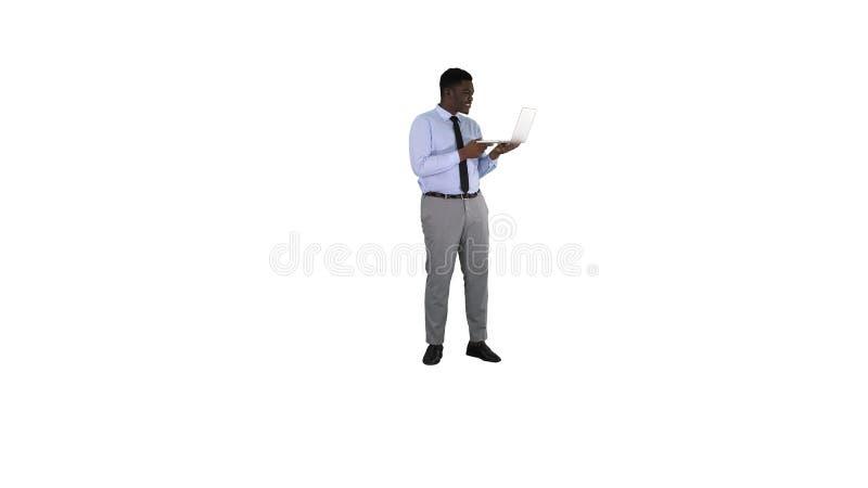 Vrolijke succesvolle jonge Afrikaanse Amerikaanse manager met laptop die videoconferentievraag met partners hebben  stock foto's