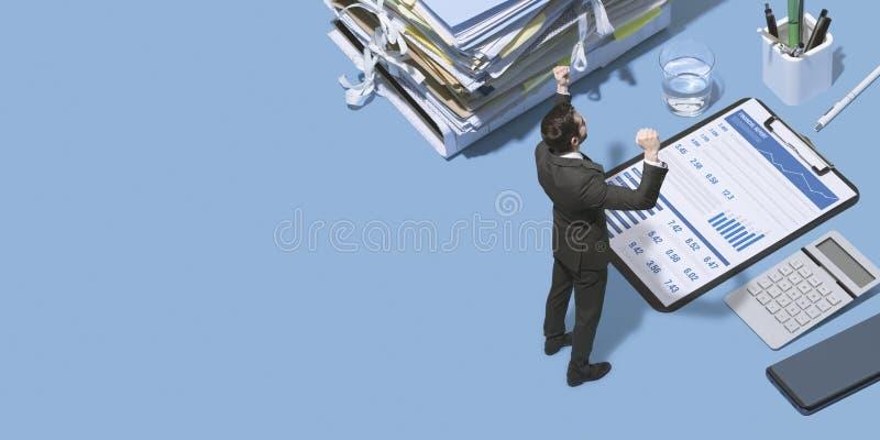 Vrolijke succesvolle zakenman die zich met opgeheven vuisten bevinden stock afbeeldingen