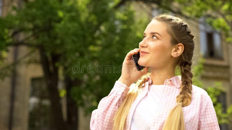 Vrolijke tiener die op smartphone, goede mobiele dekking, mededeling spreken royalty-vrije stock afbeeldingen
