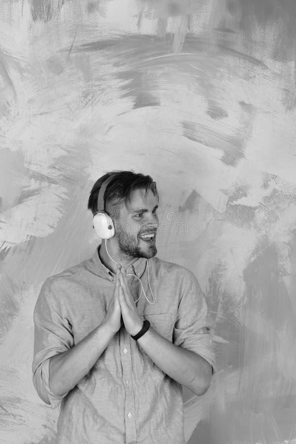 Vrolijke tiener het luisteren van DJ liederen via oortelefoons stock foto