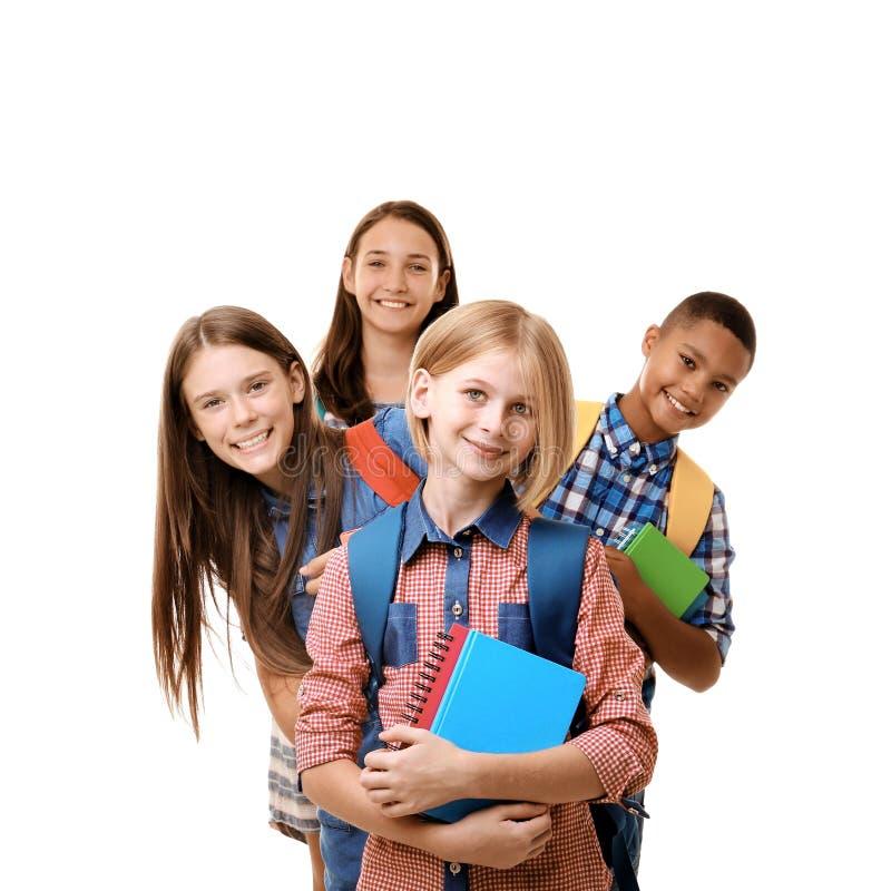 Vrolijke tieners met rugzakken en notitieboekjes, op wit royalty-vrije stock afbeeldingen