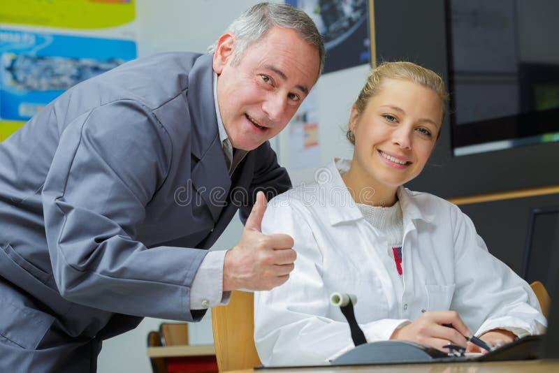 Vrolijke trainer met leerling in workshop royalty-vrije stock foto