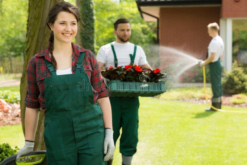 Vrolijke tuinman die van het werk in tuin genieten royalty-vrije stock afbeeldingen