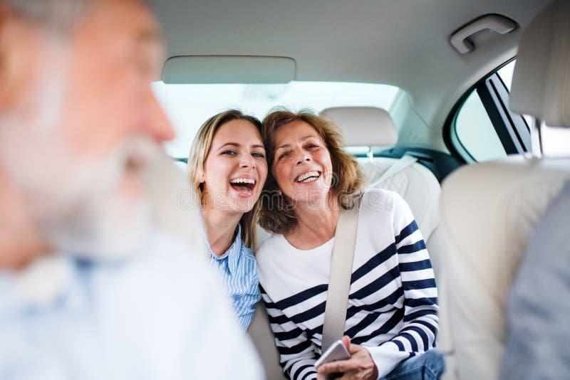 Vrolijke volwassenen die in auto zitten, die op een reis gaan royalty-vrije stock foto's