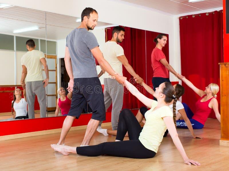 Vrolijke volwassenen die leren te dansen tango stock foto