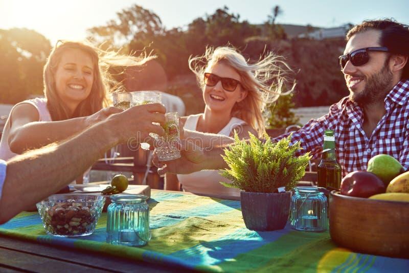 Vrolijke vrienden die cocktails drinken stock fotografie