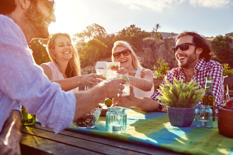 Vrolijke vrienden die cocktails drinken royalty-vrije stock foto's