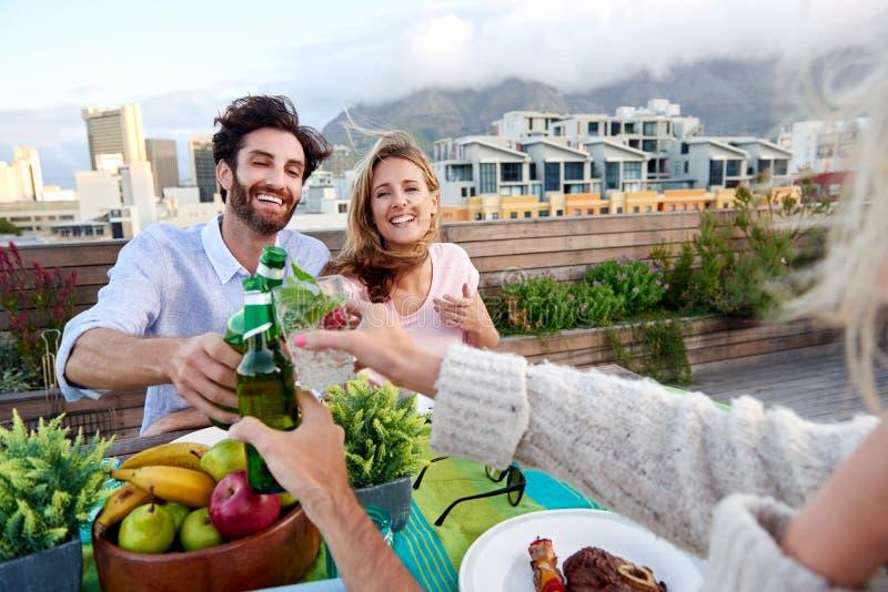 Vrolijke vrienden die cocktails en bieren drinken royalty-vrije stock afbeeldingen